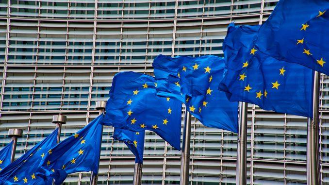 brüssel europa flagge fahne europäische kommission, Quelle: NakNakNak, Pixabay License Freie kommerzielle Nutzung Kein Bildnachweis nötig, https://pixabay.com/de/photos/br%C3%BCssel-europa-flagge-fahne-4056171/