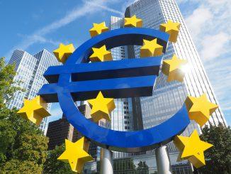 euro-skulptur eurozeichen kunstwerk frankfurt, Quelle: Hans: Pixabay License Freie kommerzielle Nutzung Kein Bildnachweis nötig, https://pixabay.com/de/photos/euro-skulptur-eurozeichen-kunstwerk-2867925/