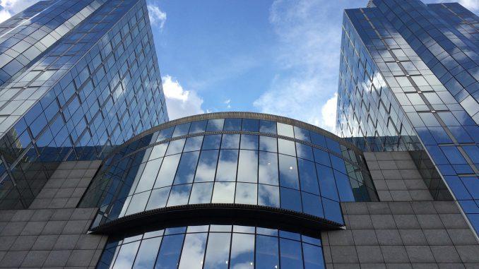 himmel gebäude gespiegelt das europäische parlament, Quelle: alinesilpe, Pixabay License Freie kommerzielle Nutzung Kein Bildnachweis nötig https://pixabay.com/de/photos/himmel-geb%C3%A4ude-gespiegelt-2344072/