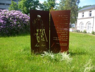 Schwarzenberg im Erzgebirge, Schauplatz von Stefan Heyms bekanntestem, gleichnamigen Roman und wo man ihm vor dem Rathaus ein Denkmal errichtet hat. Fotos: Vallendar